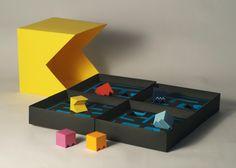 Craig Sutton est étudiant en design à l'université RMIT de Melbourne. Il a imaginé et conçu un packaging et une brochure inspirés du célèbre jeu vidéo des années 80, Pacman.  En effet, cette conception interactive est une adaptation du jeu d'arcade en jeu de plateau. Le labyrinthe se déplie en quatre comme un jeu de société, Pacman et les pac-gommes sont représentées sous forme de pions/pièces. La brochure a été conçue pour accompagner la boîte et expliquer les règles du jeu.