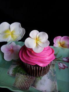 Coloring Gumpaste Flowers with Petal Dust Luxury Plumeria Cupcakes Gumpaste 4 Steps with Hawaiian Cupcakes, Luau Cupcakes, Tropical Cupcakes, Cupcakes Flores, Flower Cupcakes, Wedding Cupcakes, Cupcake Cakes, Disney Cupcakes, Rose Cupcake