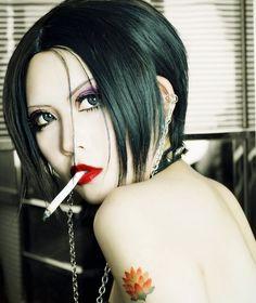 Smoking Ladies, Girl Smoking, Yazawa Ai, Nana Osaki, Anime Makeup, Best Cosplay, Awesome Cosplay, Cosplay Makeup, War Paint