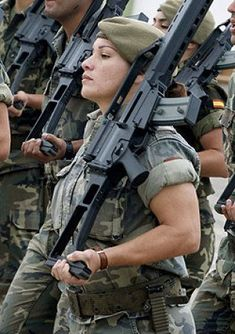 The Queens Utility Program Graduate Idf Women, Military Women, Mädchen In Uniform, Defence Force, Military Police, Military Personnel, Female Soldier, Big Guns, Badass Women