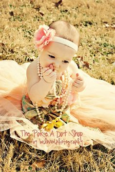love this for her first birthday photo shoot. Thank you cards could have a photo like this! :)