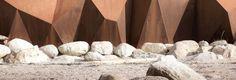 Metamoprhous. Tel est le nom d'un projet récent du bureau Paul Sangha. Une digue moderne en forme de sculpture et un exemple d'architecture acier corten.