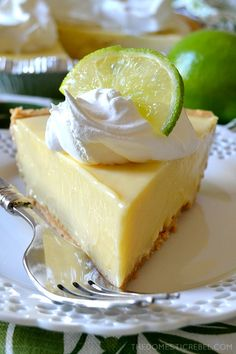 Pie recipes 209135976433474721 - This truly is the BEST Key Lime Pie recipe I have tried! The contrast of the buttery graham cracker crust with the sweet-tart, juicy, creamy Key lime filling is amazing! You'll love this simple pie recipe! Key Lime Desserts, Just Desserts, Delicious Desserts, Easy Pie Recipes, Lime Recipes, Food Cakes, Key Lime Pie Rezept, Pie Dessert, Dessert Recipes