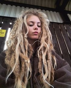 Natty Dread White Girls / The dreads have a mind of their own. Dreadlock Hairstyles, Hairstyles With Bangs, Cool Hairstyles, Black Hairstyles, Wedding Hairstyles, Blonde Dreads, White Girl Dreads, Dreads Girl, Dreads Styles