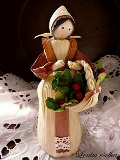 - I love corn husk dolls from all over the world. This one is so beautiful. Corn Husk Crafts, Pine Cone Crafts, Fall Crafts, Diy And Crafts, Corn Husk Dolls, Crepe Paper Flowers, Art N Craft, Christmas Paintings, Christmas Deco