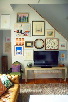 Little Green Notebook gallery wall, living room, tv stand console, bench under tv Inspiration Wand, Interior Inspiration, Living Room Tv, Home And Living, Decor Around Tv, Stair Walls, Tv Walls, Stairs, Stairwell Wall