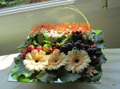 Carré de fleurs et de fruits.