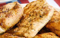 Voici une délicieuse recette facile de marinade pour le poulet… C'est fait avec de la bière et de l'ail et c'est merveilleux pour les grillades :) Bruschetta, Chicken Wings, Bbq, Turkey, Potatoes, Vegetables, Voici, Food, Sauces