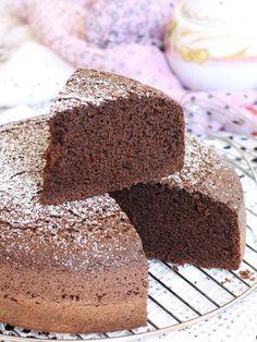 Si può preparare una torta al cacao morbidissima senza utilizzare né latte né burro? Si può, il risultato è una torta al cioccolato super soffice e leggera.