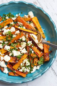 Carrot sticks with feta and parsley - carrots from the oven key sheriff - Roasted carrots with feta and parsley – a quick summer dish. Roasted carrots with feta and parsle - Veggie Recipes, Low Carb Recipes, Vegetarian Recipes, Cooking Recipes, Healthy Recipes, Recipes Dinner, Dinner Ideas, Tapas, Healthy Snacks