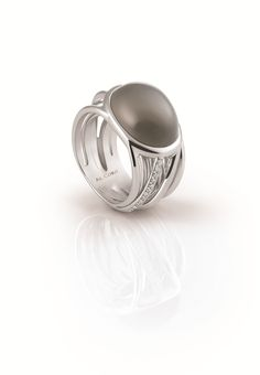 """Ring from the """"Sereanta Collection"""" in 18ct white gold with 0,25ct diamonds, surrounding an oval grey moonstone!"""