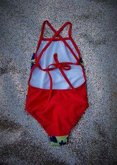 Trikini de niña. De lycra tricot. Delantero estampado. Breteles regulables con moño en la espalda. Espalda y breteles lisos a contratono. Combinación Rosa hawaii- Azul,  Azul hawaii-Coral, Verde Hawaii-Rojo. T2-T14