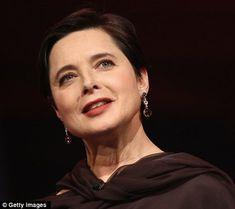 'Vogue gives fashion advice to young people': Isabella Rossellini says she can no longer relate to style bible Beautiful Women Over 50, 50 And Fabulous, Beautiful People, Isabella Rossellini, Beauty Trends, Beauty Hacks, Pierce Brosnan, Faye Dunaway, Ageless Beauty