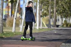 Un skate ? Non, voici un hoverboard ! Electric Skateboard, Electric Bicycle, France 4, E Skate, E Scooter, Automotive Design, Great Places, New Work, Sporty