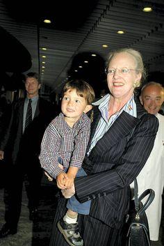 KGL. GULDBRYLLUP: 39 billeder af regentparret med alle deres dejlige børnebørn   BILLED-BLADET 2002
