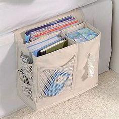 Comodissimo questo organizzatore da tenere al lato del letto (con un'ala da infilare sotto al materasso): nelle sue tasche custodirà perfettamente libro, occhiali, telecomando, ecc...! In canvas, dim. (L x H) 35 x 47 cm ca.