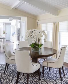 Magnificent dining room decoration with round tables http://comoorganizarlacasa.com/en/magnificent-dining-room-decoration-round-tables/ Magnífica decoración de comedor con mesas redondas #Diningroom #diningrooms #homedecor #homedecorideas #Magnificentdiningroomdecorationwithroundtables