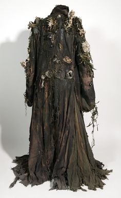 insane destroyed wasteland trench coat / also kinda reminds me of Davy Jones' crew in Pirates of the Caribbean / post apocalyptic / cosplay / LARP Witch Costumes, Fantasy Costumes, Halloween Costumes, Sea Witch Costume, Larp, Marla Singer, Post Apocalyptic Fashion, Cosplay, Hippie Man