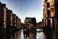 Hamburg / abends in der beleuchteten Speicherstadt // Loving.Hamburg. | By Svenja Harder