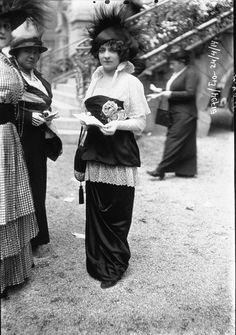 Women's Street Style from La Belle Époque: 60 Amazing Photographs Capture Beautiful Fashion at the Longchamp Grand Prix from ~ vintage everyday Latest Handbags, Stylish Handbags, Colorful Fashion, Trendy Fashion, Fashion Trends, Edwardian Fashion, Vintage Fashion, Edwardian Era, Medieval Fashion