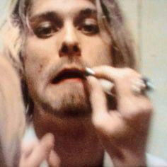 Kim Gordon putting lipstick on Kurt Cobain. The Year Punk Broke Frances Bean Cobain, Courtney Love, Kim Gordon, Donald Cobain, Nirvana Kurt Cobain, Dave Grohl, Portraits, Foo Fighters, Jimi Hendrix