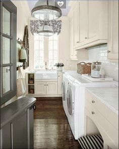 Check out this beautiful laundry room! Would you like it for your home?