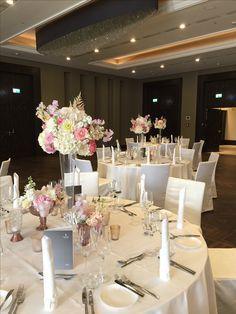 Hochzeitsdekoration mit großen Vasen in der Tischmitte