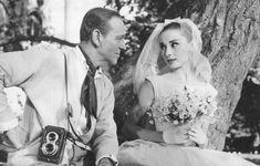 Audrey Hepburn, la novia de todas las novias, con un diseño con escote barco y falda amplia en 'Funny Face' (1957).