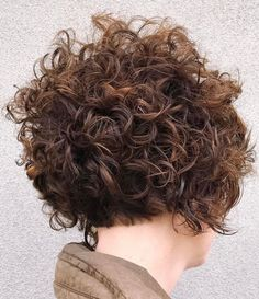 Are you breaking your head over how to style your short curly hair? We gathered the best examples of short curly hairstyles, recommended by stylists for wavy hair textures. Short Curls, Short Wavy Hair, Messy Curls, Messy Bob, Tight Curls, Curly Pixie, Thick Hair, Haircuts For Curly Hair, Hairstyles With Bangs