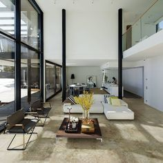 Vi ønsker oss denne stuen og dette huset! Novabell Walking flisene gjør seg utrolig bra på dette gulvet    #modenafliser