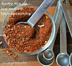Healthy Meals Are you seriously still buying premade taco seasoning? This recipe is simple, mouthwatering and low in sodium. - Are you seriously still buying premade taco seasoning? This recipe is simple, mouthwatering and low in sodium. No Sodium Foods, Low Sodium Diet, Low Sodium Meals, Low Cholesterol, Low Salt Recipes, Low Sodium Recipes, Mexican Food Recipes, Diet Recipes, Cooking Recipes