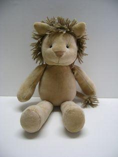 Leão de plush, com 35 cm de comprimento, opção de acrescentar roupa (entrar em contato para escolher entre as cores e estampas disponíveis). R$ 55,90
