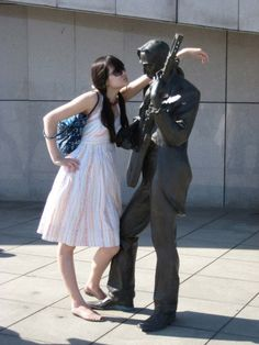Hilarious Ways to Pose with Statues
