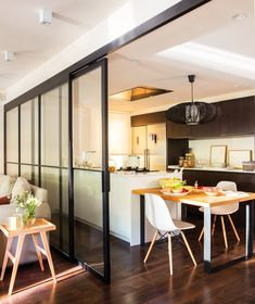 Cocina moderna con gran pared de cristal que comunica con el salón_ 00444959. Puertas correderas de cristal Glass Chair, Home Office, Upholstered Rocking Chairs, Time Out Chair, Open Kitchen And Living Room, Love Chair, Chair Mats, Modern Room, Industrial Style