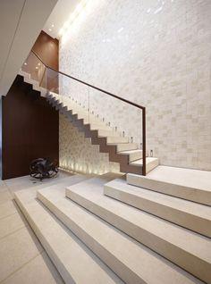 moderne architektur gerade laufplattentreppe sandstein glas geländer