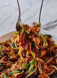 Beef Chow Fun: The Traditional Cantonese Way! Asian Recipes, Beef Recipes, Ethnic Recipes, Chinese Recipes, Savoury Recipes, Yummy Recipes, Chow Fun Noodles, Rice Noodles, Beef Marinade