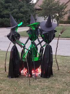 35 Creepy Witch Decorations You Have to Check Out Right Away - Gravetics Witches are a classic image of Halloween and you can make your own spooky DIY Halloween decorations. Halloween Prop, Spooky Halloween, Creepy Halloween Decorations, Modern Halloween, Outdoor Halloween, Halloween Party Decor, Holidays Halloween, Halloween Themes For Work, Halloween Yard Displays