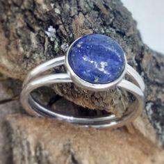doble anillo de plata con lapizláluli natural en cabujón, artesanal