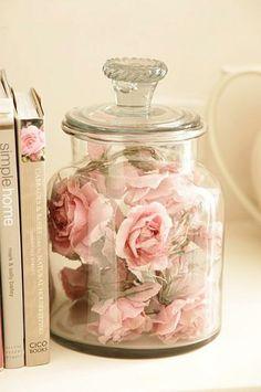 Jarrón de cristal con rosas.