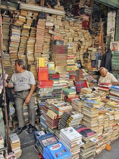 """This is a """"street book market"""" in Parque Centenario, in Buenos Aires, Argentina. So many cheap books in Buenos Aires! Gotta love it. I Love Books, Books To Read, México City, World Of Books, Book Aesthetic, Old Books, Book Nooks, Library Books, Book Quotes"""