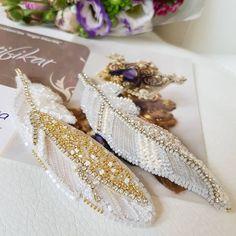 Kum Boncuk Modelleri ,  , Kum boncuk modellerinden sizlere şahane modeller hazırladık. İstediğiniz yerde kullanabilirsiniz. Broş modelleri olarak, çanta süslemede, koly... Tambour Beading, Tambour Embroidery, Couture Embroidery, Bead Embroidery Jewelry, Hand Embroidery, Beaded Jewelry, Embroidery Designs, Do It Yourself Wedding, Do It Yourself Fashion