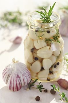 Conserve d'ail confit aux herbes - The Best Bariatric Soft Recipes Harvesting Garlic, Pickled Garlic, Meals In A Jar, Chutneys, Fresh Herbs, Diy Food, Raw Food Recipes, Tapas, Food And Drink