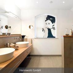 An dem großen Waschtisch mit den zwei Waschbecken und dem großen Spiegel hat die gesamte Familie Platz.