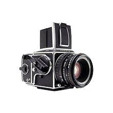 Celebrities who wear, use, or own Hasselblad Camera. Also discover the movies, TV shows, and events associated with a Hasselblad Camera. Antique Cameras, Old Cameras, Vintage Cameras, Slr Film Camera, Camera Nikon, Camera Gear, 35mm Film, Medium Format Photography, Technique Photo