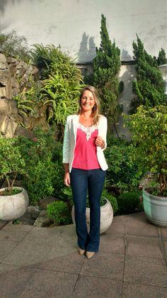 Look de trabalho - calça jeans flare - blazer branco - regata rosa- look de verão -work outfit - look executiva - moda corporativa