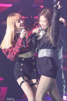 Blackpink Lisa and Jennie Kpop Girl Groups, Korean Girl Groups, Kpop Girls, Seoul Music Awards 2017, Divas, Girl's Generation, Black Pink, Kwon Yuri, Jennie Blackpink