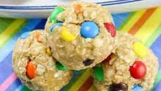 These No Bake Monster Cookie Oatmeal Energy Balls will feel like a special treat, but are actually a healthy after school snack packed with protein! Peanut Butter Oatmeal Bars, Peanut Butter Cookies, No Bake Energy Bites, Energy Balls, Homemade Oatmeal, Healthy Snacks, Healthy Recipes, Afternoon Snacks, Dessert Bars