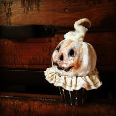 Halloween Folk Art by Melissa Valeriote: Pumpkin Cupcakes Halloween Jack, Vintage Halloween, Halloween Pumpkins, Halloween Crafts, Happy Halloween, Halloween Decorations, Paper Clay Art, Pumkin Carving, Pumpkin Cupcakes