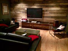 Mur de bois...bois de grange... Basement Renovations, Home Cinemas, Inspiration Wall, Wood Wall, Family Room, New Homes, Sweet Home, Lounge, Living Room