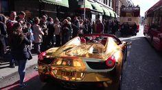 بطل العالم رياض العزاوي و سيارته الذهبية تثير دهشة الناس في لندن